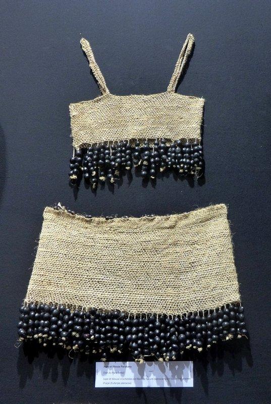 Blick in die Ausstellung 'Regard sur le Brésil' Bluse und Rock, aus Fasern der Tucum-Palme gehäkelt, verziert mit getrockneten Früchten der Açaí-Palme Kuratiert von Chica Boyriven (Brasilien/Frankreich) l'aiguille en fête 2016