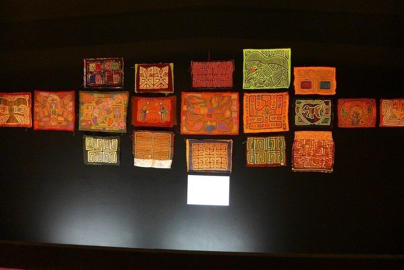 Blick in die Ausstellung von Mola-Arbeiten Kuna-Indianer (San Blas, Panama) Zusammenstellung aus den Sammlungen von JL. Baconnier, R. Aknin, M. Simmons, M. De Leon l'aiguille en fête 2016