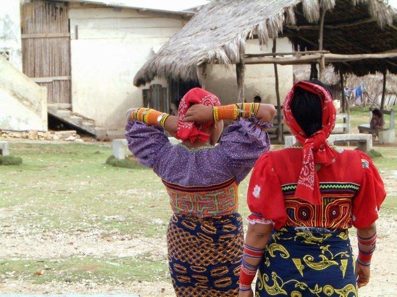 Zwei Guna-Frauen auf der Insel Ogobsuggun in Gunayala, Panama, in der seit Anfang des 20. Jahrhunderts typischen Kleidung: die selbst genähte Mola-Bluse, ein Wickelrock, Kopftuch und Schmuck aus gewickelten Perlenschnüren. Foto: Margherita Margiotti 2003