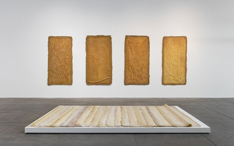 an der Wand: Eva Hesse: Aught 1968, Latex and filler over canvas stuffed with polyethylene sheeting, rope, and unidentified materials, with metal grommets 4 units, each approx. 198.12 x 101.6 cm / 78 x 40 in Collection of University of California, Berkeley Art Museum auf dem Boden: Eva Hesse: Augment 1968, Latex, canvas Installation variable: 17 units, each: 198.1 x 101.6 cm / 78 x 40 in Private Collection Installation view, 'Revolution in the Making: Abstract Sculpture by Women, 1947 – 2016', Hauser Wirth & Schimmel, 2016 Courtesy the artists and Hauser & Wirth Photo: Brian Forrest