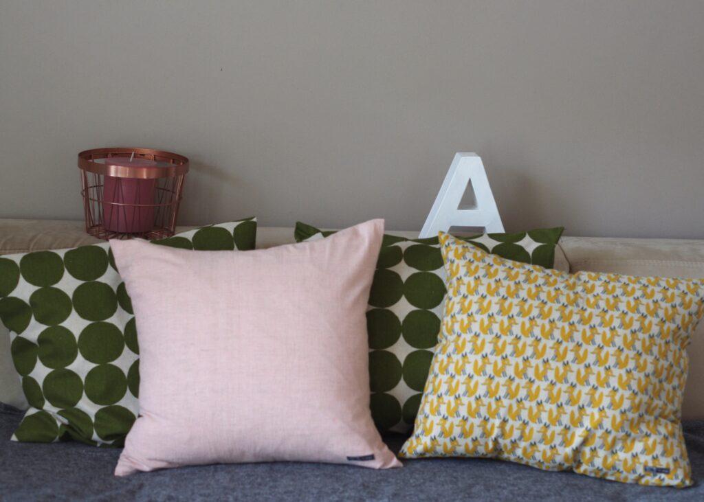 dekorative Anordnung verschiedener genähter Kissen