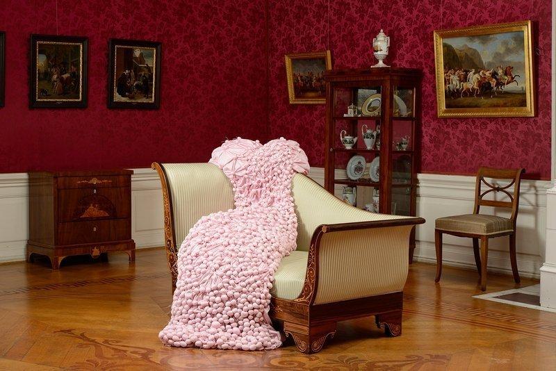 Marianne Herbrich: Rosa © Marianne Herbrich Im Roten Salon finden wir eine auf der Récamière ausgebreitete Robe, oder räkelt sich dort etwa eine Frauengestalt? Marianne Herbrichs Objekt 'Rosa' erinnert daran, dass die Schlosssäle einmal bewohnt waren.