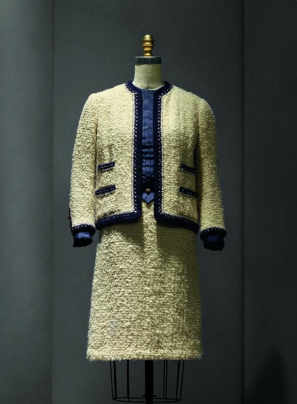 "Kostüm, Gabrielle ""Coco"" Chanel (frz., 1883–1971), 1963–68 Haute Couture; The Metropolitan Museum of Art, Geschenk von Mrs. Lyn Revson, 1975 (1975.53.7a–e) Freundlicherweise zur Verfügung gestellt von The Metropolitan Museum of Art Foto: © Nicholas Alan Cope"