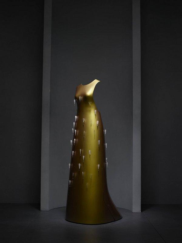 """""""Kaikoku"""" Floating Dress, Hussein Chalayan (britisch, 1970 auf Zypern geboren), Herbst/Winter 2011–12; Mit freundlicher Genehmigung von Swarovski Freundlicherweise zur Verfügung gestellt von The Metropolitan Museum of Art Foto: © Nicholas Alan Cope"""