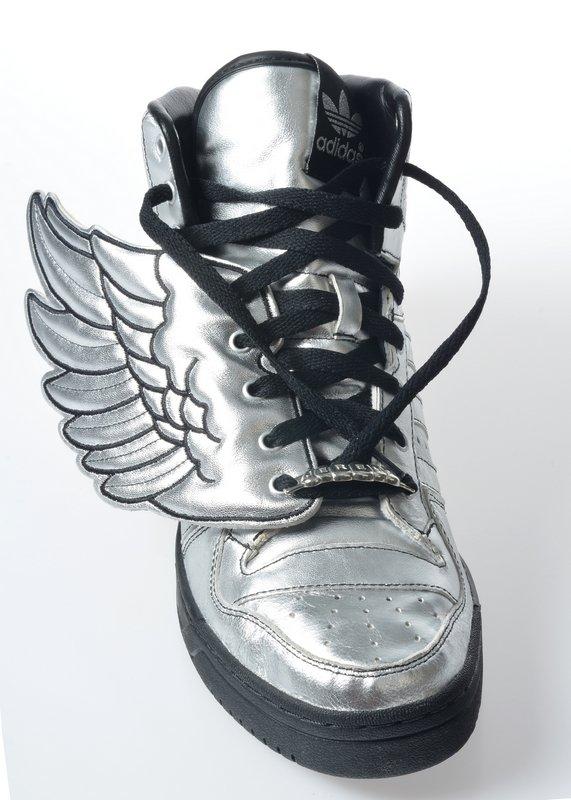 """Jeremy Scott für adidas Basketballschuh """"Wings"""", Herzogenaurach, 2009 Leder, Synthetik Museum für Kunst und Gewerbe Hamburg Foto freundlicherweise vom Museum für Kunst und Gewerbe zur Verfügung gestellt"""