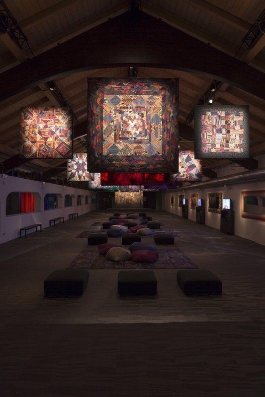 Blick in die Ausstellung im Museo MA*GA Foto freundlicherweise von The Fashion and Textile Museum zur Verfügung gestellt