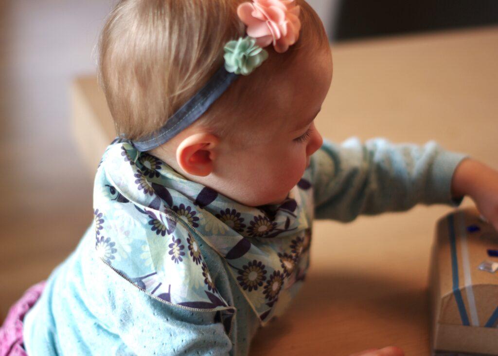 Kind mit fertigem Tuch