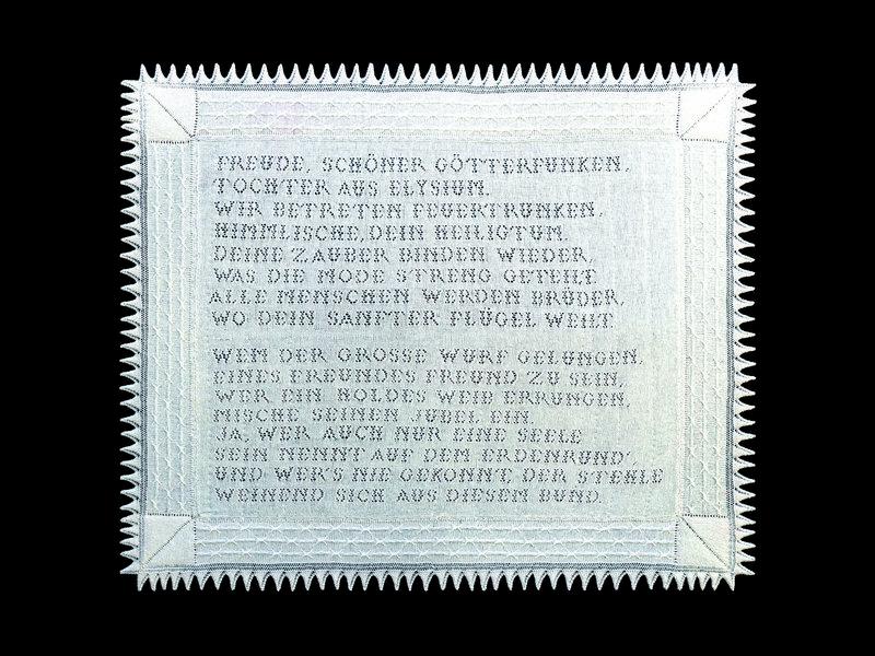 """Tanja Boukal: Melilla-Projekt / Tuch """"Ode an die Freude"""" bzw. Europa-Hymne 2014 gestrickt Foto: vom Kunstverein Augsburg freundlicherweise zur Verfügung gestellt"""