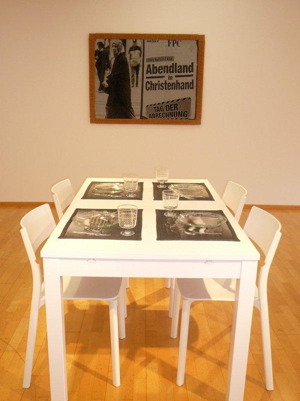 Tanja Boukal: Ich weiß nicht, was Ihr habt 2016 Tisch BJURSTA, Stühle JANINGE gewebte Tischsets, graviertes Glas