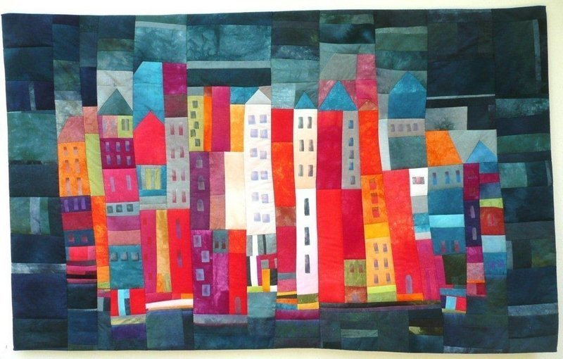 Tina Mast: Nachtleben Foto: Tina Mast Kontrastreich und kunstvoll, farbenfroh und filigran, frei geschnitten und gekonnt kombiniert, frei gequiltet und liebevollvoll bestickt, selbst gefärbt und dezent bemalt, so präsentiert Tina Mast ihre vielseitigen Arbeiten einem interessierten Publikum. Seit insgesamt zwanzig Jahren ist sie dem Patchwork verfallen und dabei unermüdlich auf der Suche nach Neuem. Gerne lässt sie sich inspirieren, greift innovative Ideen auf und setzt diese gekonnt in Patchwork um.