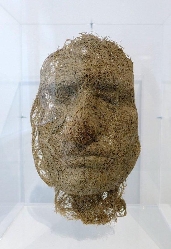 Magdalena Abakanovicz: Le Centre ou Face 1976, Leinen, in Plexiglasständer Leihgabe Fondation Toms Pauli, Lausanne