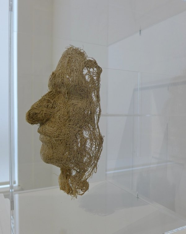 Magdalena Abakanovicz: Le Centre ou Face, Seitenansicht 1976, Leinen, in Plexiglasständer Leihgabe Fondation Toms Pauli, Lausanne