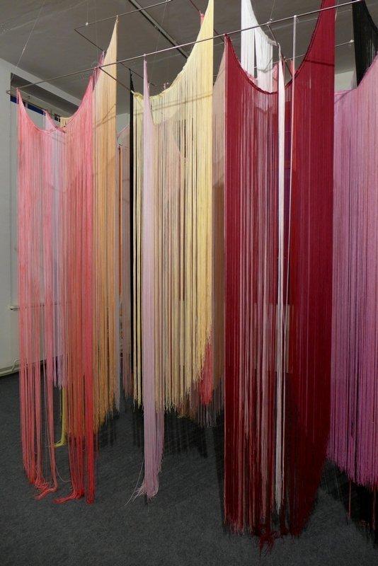 Angelika Arendt: Fadeninstallation 2016, Fadenvorhänge, Stahl, Nylon Leihgabe der Künstlerin