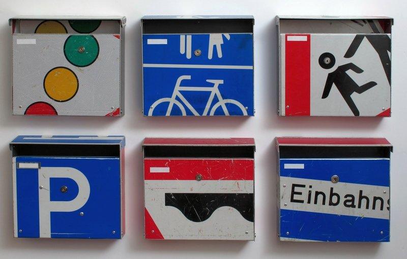 André Stache (Berlin) biegt gebrauchte Verkehrszeichen in Briefkästen um. (LOFT) Foto: Stache