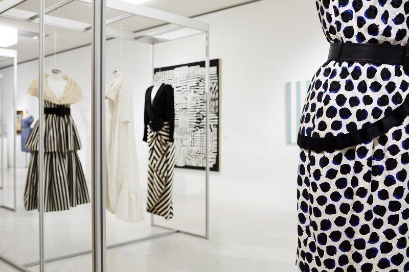 Blick in die Ausstellung 'Prêt-à-toucher. Werke aus der Swiss Textile Collection und Sammlung Würth im Dialog'