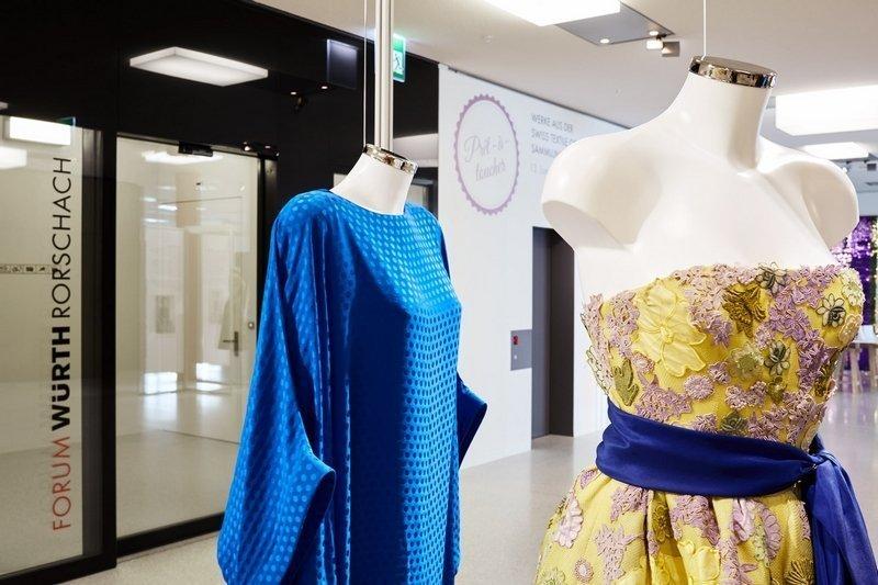 Kleid, 1990, Pierre Cardin (li) Abendkleid um 1984, Hubert de Givenchy (re) Ausstellung 'Prêt-à-toucher. Werke aus der Swiss Textile Collection und Sammlung Würth im Dialog'