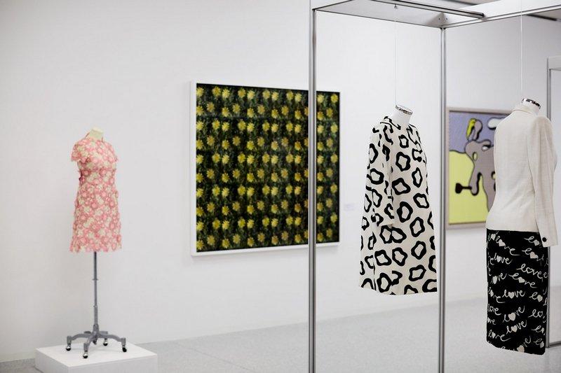 Von links nach rechts: Kurzes weiss-rosafarbenes Kleid mit Blumenstickerei, um 1965/68, Jean Louis Scherrer Andy Warhol: Flowers, Project for Rain Machine, 1967 - 1970, 3D Farbfotografien auf Holz Jacke, 1986, Chloé Roy Lichtenstein: Nude on Beach, 1977, Öl und Magna auf Leinwand Kleid mit Jacke, um 1980, Hubert de Givenchy Ausstellung 'Prêt-à-toucher. Werke aus der Swiss Textile Collection und Sammlung Würth im Dialog'