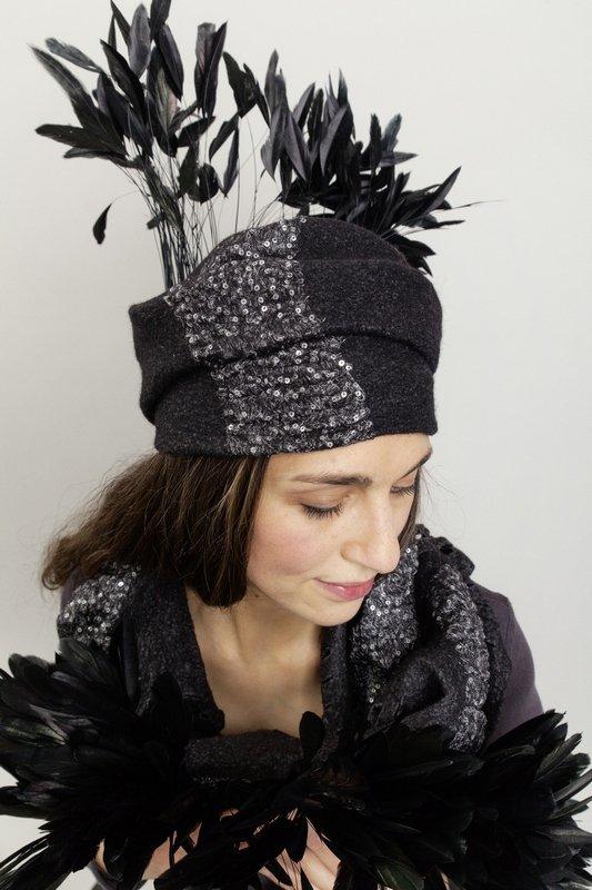 Bettina Kübler: Kappe mit Pailetten & Federn Seide/Wolle Foto: Kübler Lieblingsstück