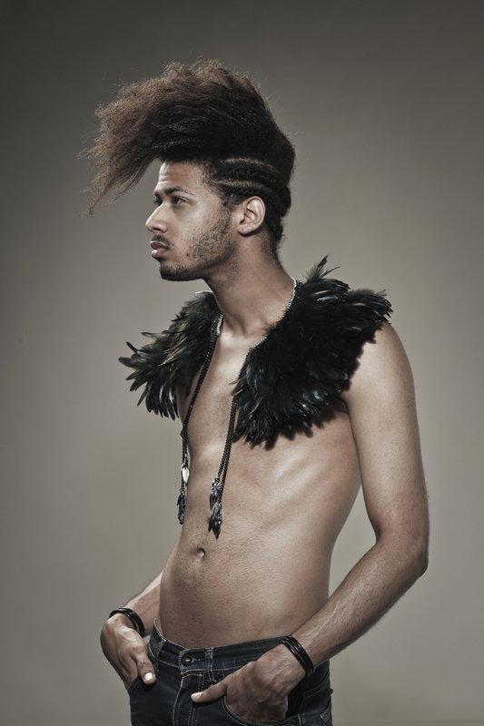 Niloufar Esfandiary: Kragen Midnight Feathers, 2011 Federn, Silberketten, Filz und Polypropylen Im Besitz der Künstlerin Foto: Baptiste Coulon