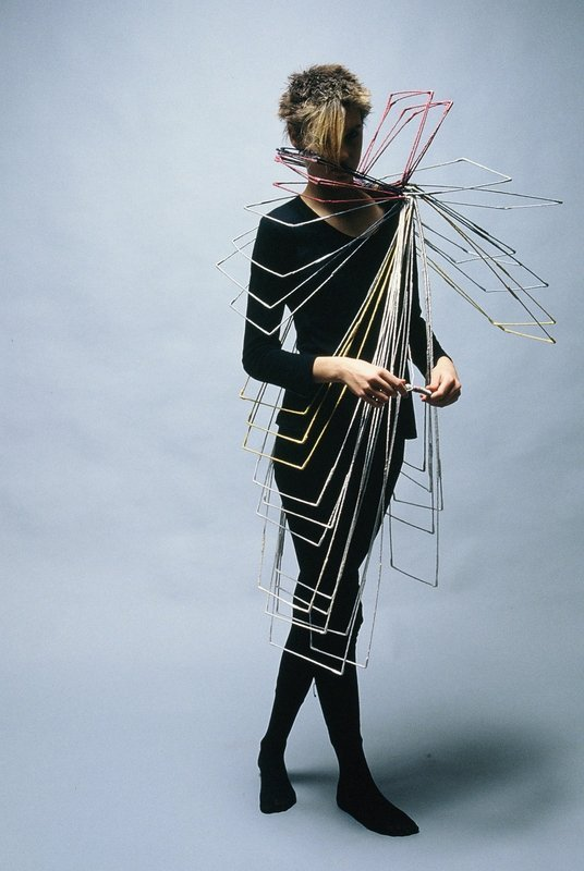 LAM de Wolf: 'Wearable object', 1982 Stoff, Holz Sammlung TextielMuseum Tilburg (Inv. Nr.: BK0110) Foto: Hogers & Versluys