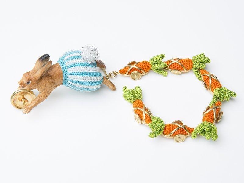 Felieke van der Leest: Hare O'Harix and his six carrots', 2004 Textilien, Gold, Kunststoff Sammlung TextielMuseum Tilburg (Inv. Nr.: BK0710)Foto: Tommy de Lange im Auftrag des TextielMuseums Tilburg