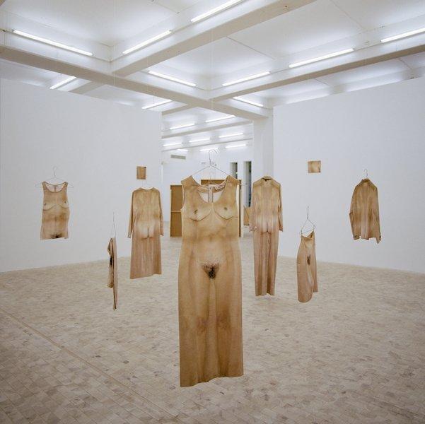 Alba D'Urbano, Il Sarto Immortale: Display IV, 9 Kleider der Kollektion, 1994 Foto aus der Ausstellung \'Whoami', Stadgalerie Kiel, 2004 © VG Bild-Kunst, Bonn 2016