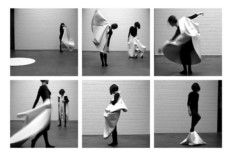 Kati Gausmann, schneiderei, Performance für zwei Formvarianten und zwei Tänzerinnen, 2002 Stills aus der Dokumentation von Christine Berndt © VG Bild-Kunst, Bonn 2016