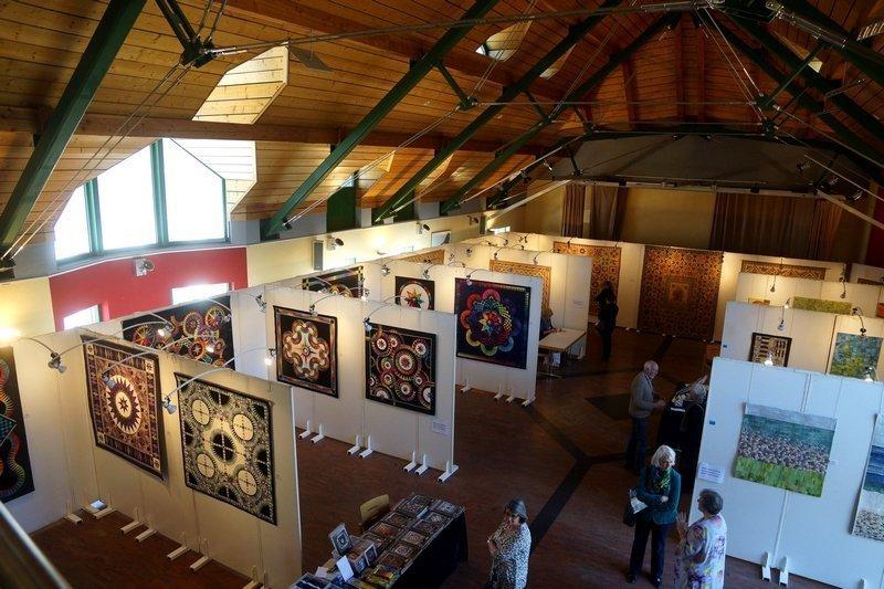 Blick in den Saal des Centre Communal in Wilwerwiltz 7. Quiltfestival Luxembourg