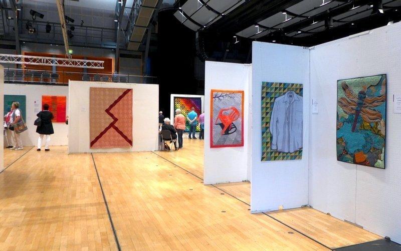 Ausstellung des Sammlungsbestands der Gilde und verschiedener Leihgaben (li) Ausstellung der SAQA 'Redirecting the Ordinary' (re) Patchworktage 2016 in Celle