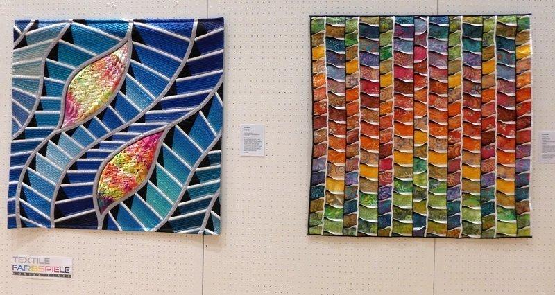Monika Flake: Unendlich (li), Buschfeuer (re) Ausstellung 'Textile Farbspiele' Patchworktage 2016 in Celle