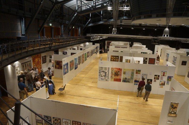 Eine andere Übersicht über die Ausstellungen in der Halle Patchworktage 2016 in Celle