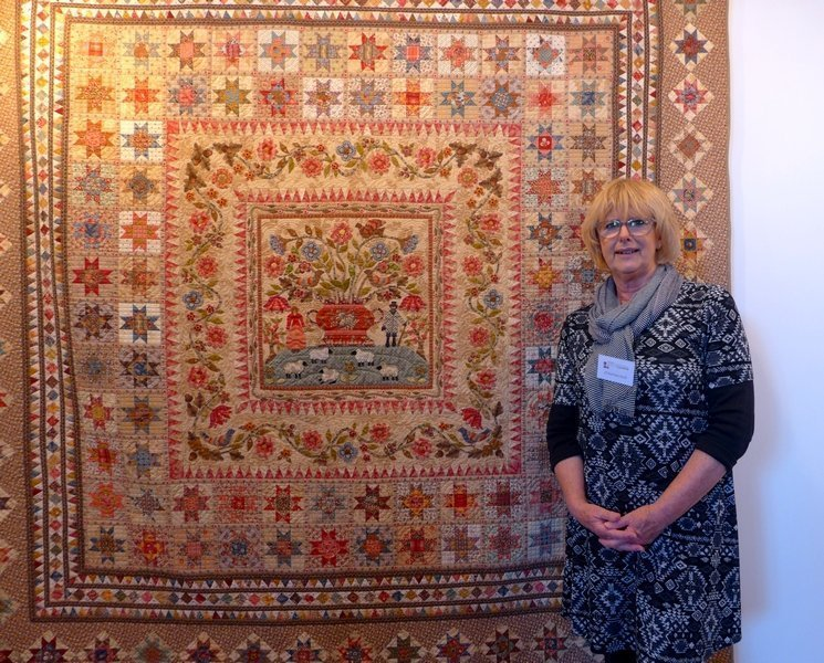 Di Ford-Hall neben ihrem Lieblingsquilt 7. Quiltfestival Luxembourg