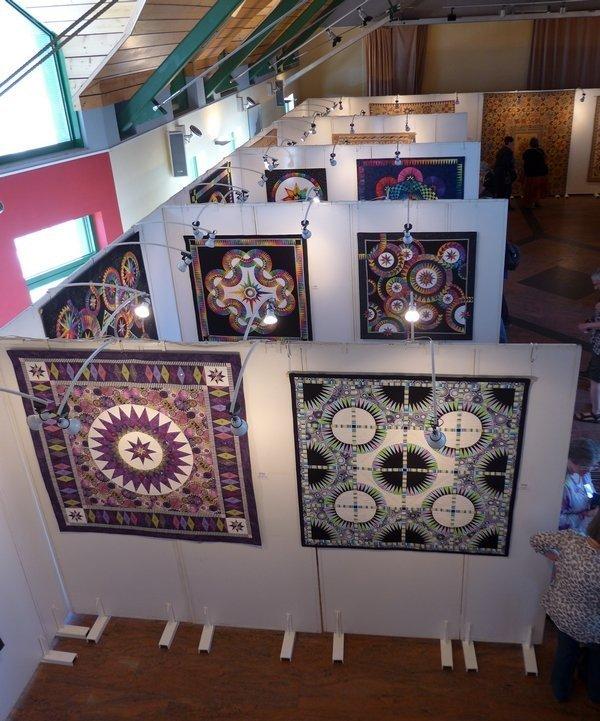 Blick auf die Ausstellung von Jacqueline de Jonge 7. Quiltfestival Luxembourg