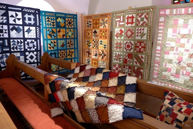 Blick in die Ausstellung der Gruppe 'Happy Quillows' Monique Marmann: Rag Quilt (liegend) 7. Quiltfestival Luxembourg