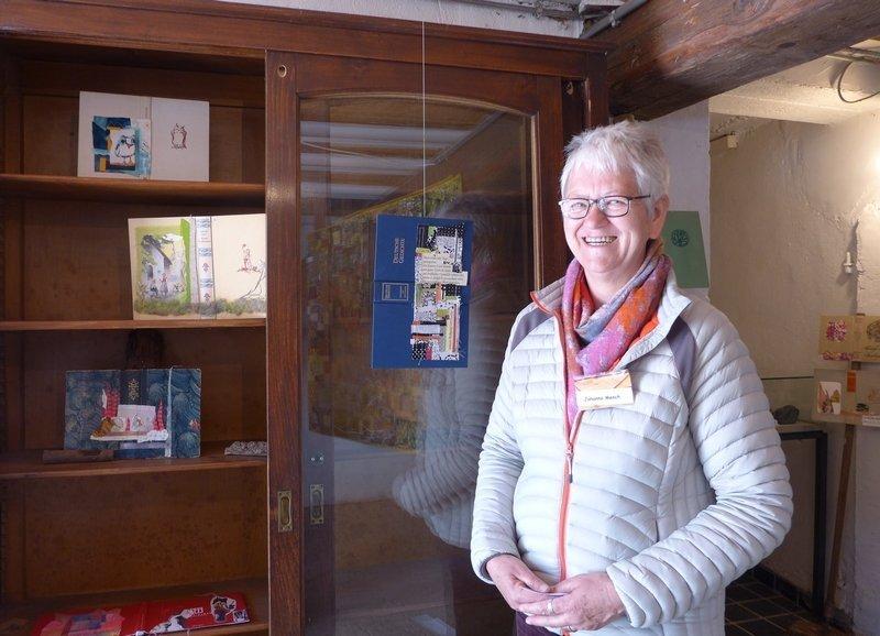 Johanna Mench mit ihren Miniatur-Quilts auf alten Bucheinbänden Ausstellung der Gruppe 'Grenze(n)loos' 7. Quiltfestival Luxembourg