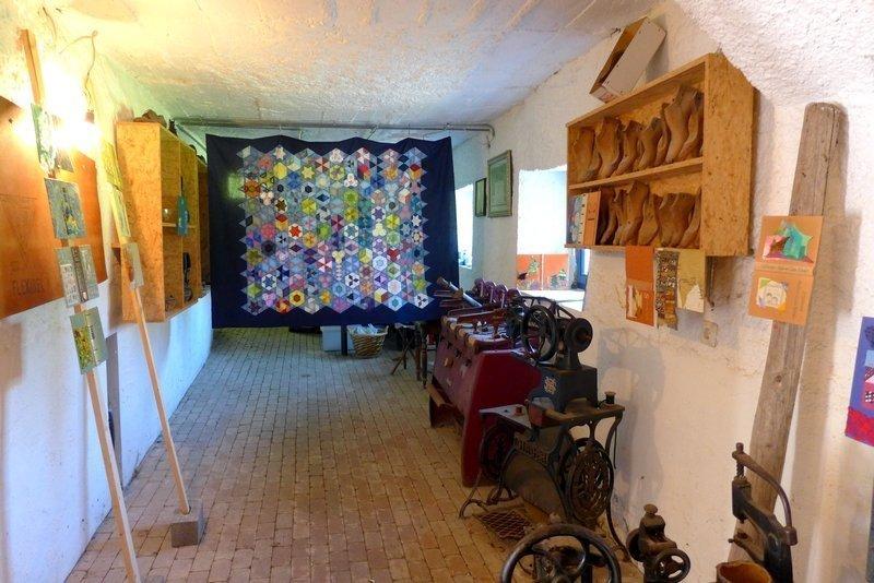 Johanna Mench: Miniatur-Quilt - Alte Bücher Ausstellung der Gruppe 'Grenze(n)loos' 7. Quiltfestival Luxembourg