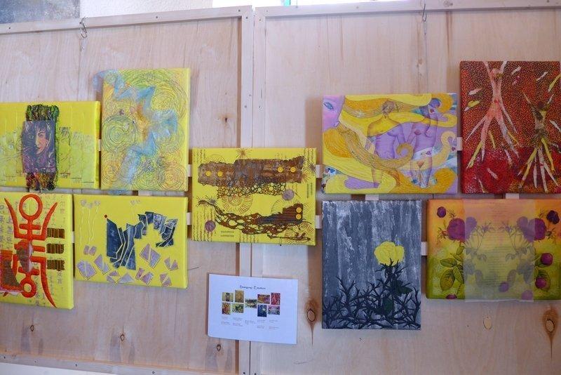 Blick in die Ausstellung 'Bewegung - Textil interpretiert', hier 'Emotion' Gruppe 'Forum Art Quilt e.V.' 7. Quiltfestival Luxembourg