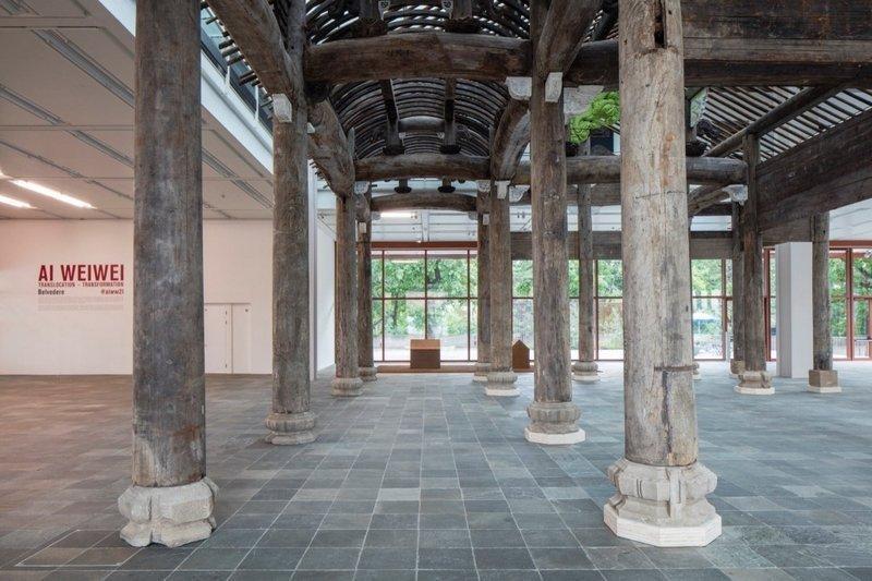 Ai Weiwei, Wang Family Ancestral Hall, 2015 © Ai Weiwei Studio, Foto: © Belvedere, Wien Über 1.000 Teile verschiedener Bauelemente aus Holz, späte Ming Dynastie (1368-1644), mit originalen Schnitzereien und bemalten Ersatzteilen 1364,7 x 1451 x 939 cm