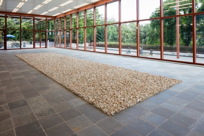 Ai Weiwei, Spouts, 2015 © Ai Weiwei Studio, Foto: © Belvedere, Wien 100.000 antike Teekannenschnäbel aus Keramik von den Song bis Qing Dynastien; Installationsmaße: 1400 x 400 cm