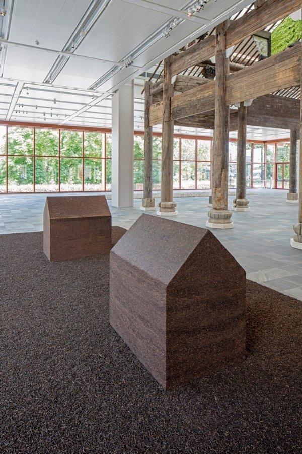 Ai Weiwei, Teahouse, 2009 © Ai Weiwei Studio, Foto: © Belvedere, Wien Gepresster Pu-Erh-Tee; Installationsmaße: 800 x 400 cm; 180 x 120 x 180 cm jeweils