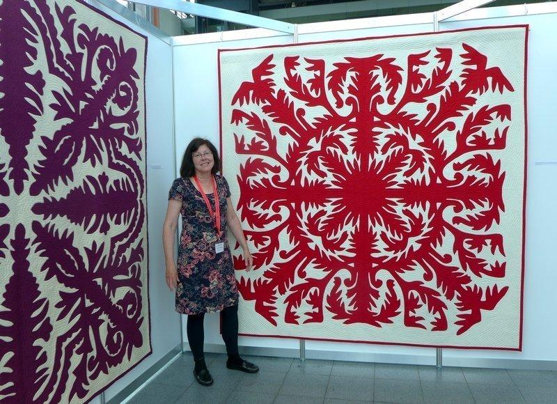 Pippa Moss in ihrer Ausstellung Hawaiian Quilts NADELWELT Karlsruhe 2016