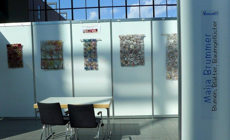 Blick in die Ausstellung von Maija Brummer: Blumen, Blätter, Baumgeflüster NADELWELT Karlsruhe 2016