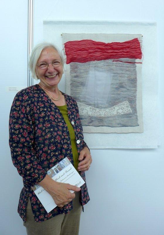 Heidemarie Mönkemeyer neben ihrer Arbeit 'Das Boot - weit draussen' Ausstellung Zeitgenössische textile Kunst NADELWELT Karlsruhe 2016