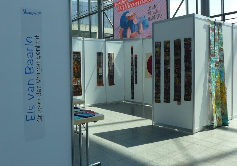 Blick in die Ausstellung von Els van Baarle: Spuren der Vergangenheit NADELWELT Karlsruhe 2016