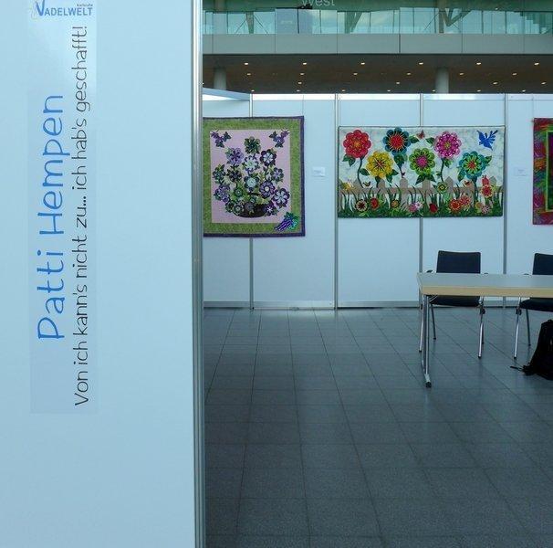 Blick in die Ausstellung von Patti Hempen: Von ich kann's nicht zu ... ich hab's geschafft NADELWELT Karlsruhe 2016