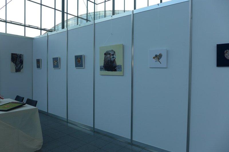 Blick in die Ausstellung von Janine Heschl: Textile Tierporträts NADELWELT Karlsruhe 2016