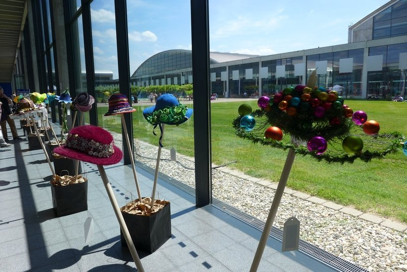 Blick in die Ausstellung der Patchworkgruppe Karlsruhe 16 Köpfe - 16 Hüte NADELWELT Karlsruhe 2016