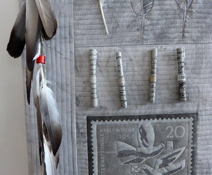 Heike Rüeck: Federn lassen, Detail Ausstellung Zwei mal Eins NADELWELT Karlsruhe 2016