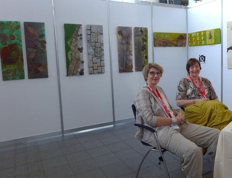 Heike Rüeck und Monika Neumann in ihrer Ausstellung Zwei mal Eins. NADELWELT Karlsruhe 2016