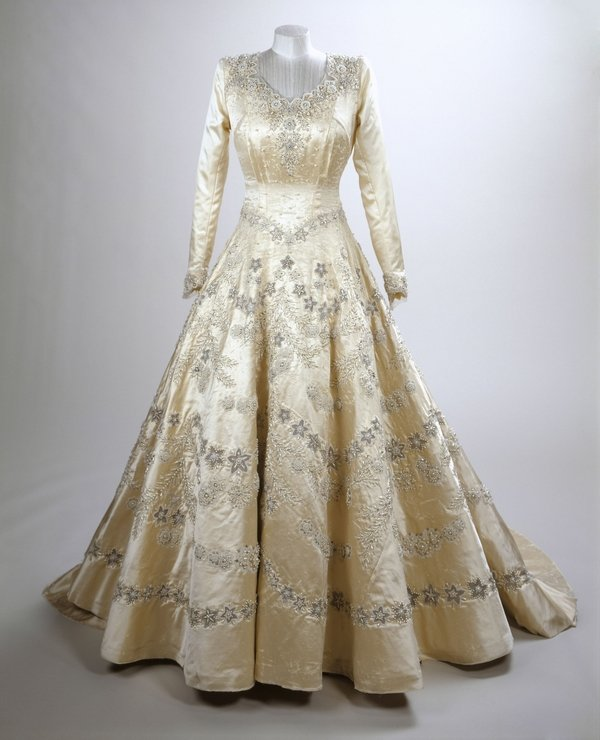 Brautkleid Wedding dress Sir Norman Hartnell, ivory silk gown decorated with crystals and 10,000 seed pearls. Worn by Her Royal Highness Princess Elizabeth for the occasion of her marriage to The Duke of Edinburgh at Westminster Abbey in 1947 Royal Collection Trust / © Her Majesty Queen Elizabeth II 2016